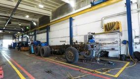 Den Timelapse arbetarbrigaden demontera den enorma lastbilen för reparation stock video