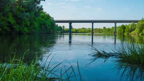 Den Timelapse bron över floden under sommarvårvattnet bearbetar med maskin rörelse på bron arkivfilmer