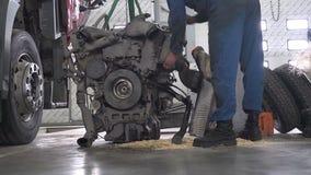 Den tjänste- arbetaren reparerar motorn stock video