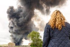 Den tjocka röken av en brand täcker himlen av en befolkning Royaltyfri Foto