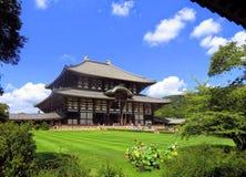Den Todai-ji templet i Nara är också hem till den stora Buddha Hall och den älskvärda jordningen som omger den arkivfoton
