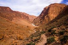 Den Todgha klyftan är kanjonen i kartbokberg, nära Tinghir, Marocko arkivbilder