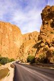 Den Todgha klyftan är kanjonen i kartbokberg, nära Tinghir, Marocko royaltyfria foton