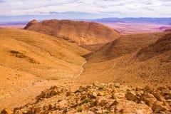 Den Todgha klyftan är kanjonen i kartbokberg, nära Tinghir, Marocko royaltyfri foto