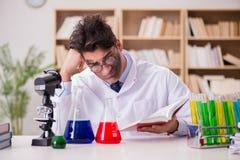 Den tokiga galna forskaredoktorn som gör experiment i ett laboratorium royaltyfri bild
