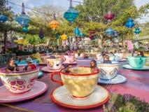 Den tokiga tebjudningritten på Fantasyland i Disneylanden parkerar royaltyfri foto