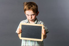 Den tokiga unga ungen med tom handstil kritiserar för sura inställning arkivfoto