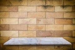 Den tomma överkanten av den naturliga stenen bordlägger på den gamla grungeväggbakgrunden Arkivfoton