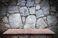 Den tomma överkanten av den naturliga stenen bordlägger på naturlig bakgrund för stenvägg Royaltyfria Bilder