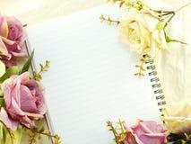 Den tomma anteckningsboken med buketten av blommatappning filtrerar bakgrund Royaltyfri Fotografi