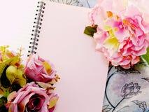 Den tomma anteckningsboken med buketten av blommatappning filtrerar bakgrund Arkivbilder