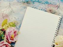 Den tomma anteckningsboken med buketten av blommatappning filtrerar bakgrund Royaltyfria Foton