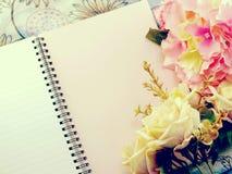 Den tomma anteckningsboken med buketten av blommatappning filtrerar bakgrund Royaltyfri Bild