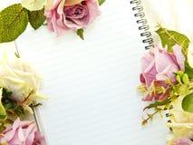 Den tomma anteckningsboken med buketten av blommatappning filtrerar bakgrund Arkivfoton