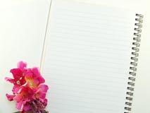 Den tomma anteckningsboken med buketten av blommatappning filtrerar bakgrund Arkivbild