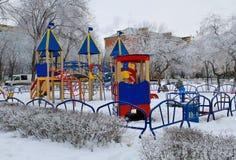 Den tomma barnlekplatsen i vinterstad parkerar Royaltyfri Fotografi