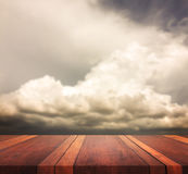 Den tomma bruna träbilden för bakgrund för för tabellyttersida och himmel suddiga, för produktskärmmontage, kan användas för mont Arkivfoto