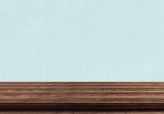 Den tomma bruna wood tabellöverkanten på blått hårdnar bakgrund royaltyfri fotografi