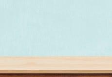 Den tomma bruna wood tabellöverkanten på blått hårdnar bakgrund royaltyfria foton