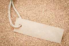 Den tomma etiketten som göras formen, återanvänder brunt papper Fotografering för Bildbyråer
