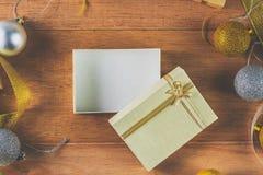 Den tomma gåvaasken som dekoreras med jul, klumpa ihop sig och bandet arkivbild