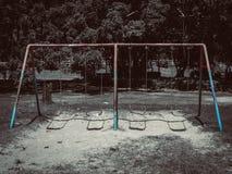 Den tomma gamla lekplatsen parkerar offentligt arkivbilder