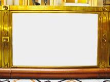 Den tomma guld- antika ramen med vitt tömmer mitten Arkivfoton