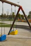 Den tomma gungan på barnlekplatsen Royaltyfri Foto