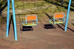 Den tomma gungan två för barn i parkera Arkivfoton