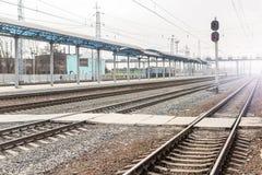 Den tomma järnvägen posterar Begrepp för järnvägtrans.enslighet arkivbilder