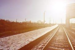 Den tomma järnvägsstationplattformen för att vänta utbildar `-Novoselovka ` i Kharkiv, Ukraina Järnväg plattform i den soliga vin Royaltyfri Fotografi