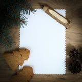 Den tomma julkortet, sörjer kottar och ritar på träbackgroun Arkivbilder