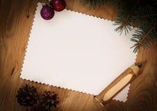 Den tomma julkortet, sörjer kottar och ritar på träbackgroun Royaltyfria Foton
