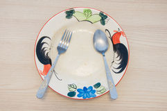 Den tomma keramiska plattan med gaffeln och skeden efter mat ätas fotografering för bildbyråer