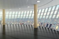 Den tomma korridoren i affärsmitten på det bästa golvet med staden tävlar Royaltyfria Bilder