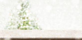 Den tomma kräm- marmortabellöverkanten med abstrakt begrepp dämpade suddighetsjul Royaltyfria Foton