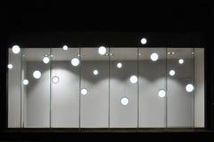 Den tomma lagerskyltfönstret med ledde ljusa kulor, den LEDDE lampan som in används, shoppar fönstret, kommersiell garnering royaltyfri bild