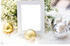 Den tomma lyxiga gråa fotoramen med det hem- dekorjultemat för tillfogar text Royaltyfria Foton