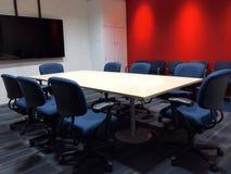 Den tomma mötesrummet med konferenstabellen och ergonomiska stolar för tyg som används som mall Fotografering för Bildbyråer