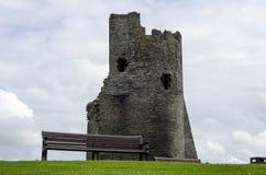 Den tomma Parkbänken med slottet fördärvar i bakgrund Royaltyfria Bilder