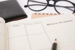 Den tomma den planläggningsanteckningsboken och pennan på skrivbordet använder oss organisatörschemaliv eller affärsstadsplanerar Arkivfoto