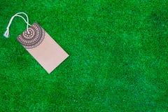 Den tomma prislappetiketten på grön bakgrund Royaltyfri Foto