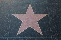 Den tomma rosa terrazzoen och mässingsstjärnan längs Hollywood går av berömmelse royaltyfria bilder