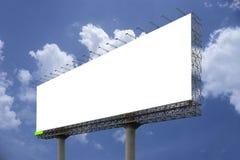 Den tomma stora affischtavlan mot bakgrund för blå himmel, för din advertizing, satte din egen text här, isolatvit ombord, den sn Arkivbild