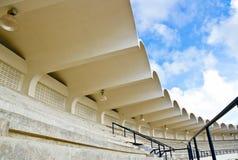 Den tomma storslagna ställningen i stadion. Arkivbild