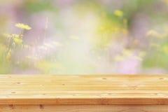 Den tomma tabellen av våren blommar framme bakgrund fotografering för bildbyråer