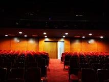 Den tomma teaterkorridoren med de släckta ljusen royaltyfri fotografi