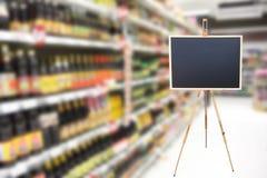 Den tomma teckensvart tavla i supermarket för meny annonserar royaltyfria bilder