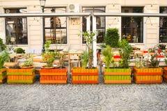 Den tomma terrassen på trottoaren med härliga blommor fäktar i Bucharest'sens historiska centrum Bucharest Rumänien - 21 05 201 royaltyfria foton
