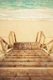Den tomma trätrappan går ner till havet Royaltyfri Bild
